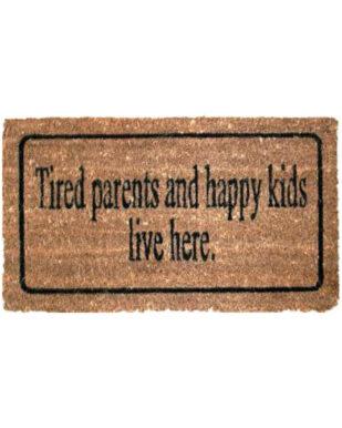"""Kokosmåtte med tekst """"Tired parents and happy kids live here."""""""