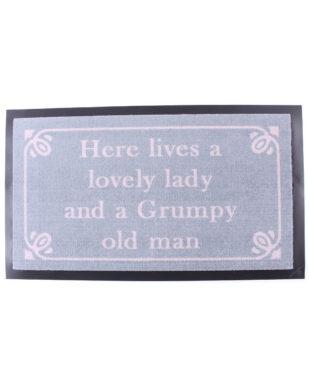"Nylonmåtte med tekst ""Here lives a lovely lady and a Grumpy old man"""