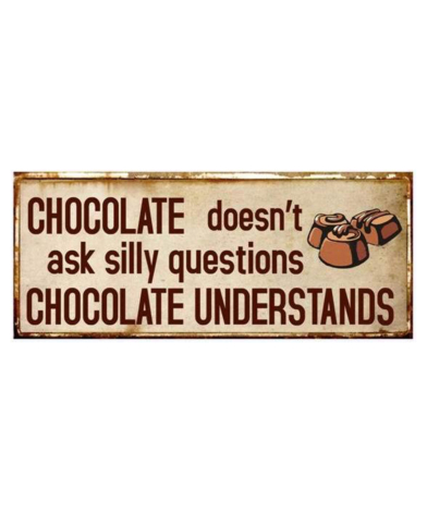 """Metalskilt med tekst. """"Chocolate doesn't ask silly questions - Chocolate understands"""""""