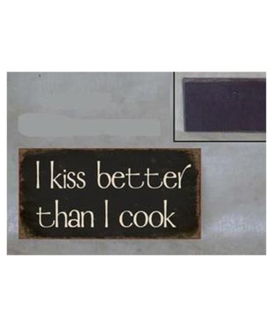 "Magnet med tekst. ""I kiss better than i cook"""