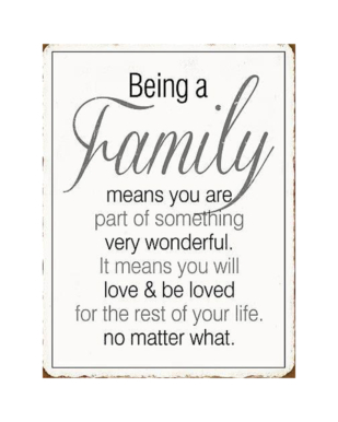"""Metalskilt med tekst. """"Being a family means you are part of something very wonderful. It means you will love & be loved for the rest of your life. No matter what."""""""