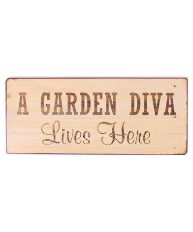 """Metalskilt med tekst. """"A garden diva lives here"""""""
