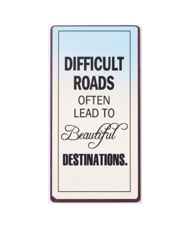 """Magnet med tekst. """"Difficult roads often lead to beautiful destinations"""""""