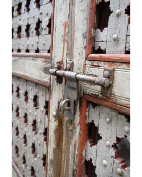 Stor gammel træport med jerngitter