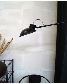 Ebony bordlampe i simpelt design